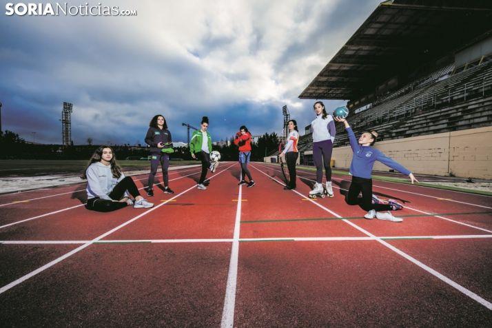 De izquierda a derecha, en las pistas exteriores del CAEP: Edurne, Silvia, Milena, Miriam, Raquel, Ana y Gabriela. David Almajano y Carmen de Vicente