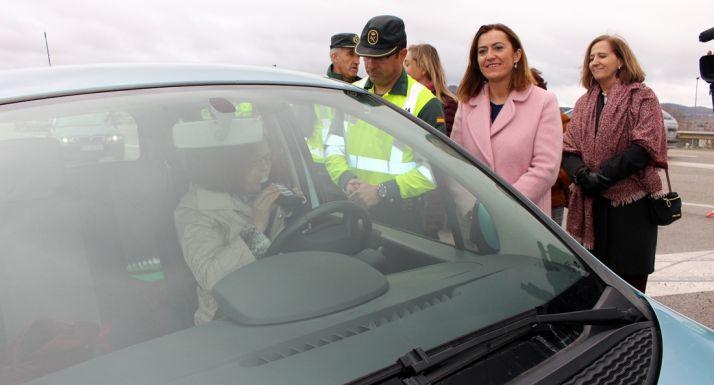 La delegada del Gobierno este viernes en un control de carretera de la GC de Tráfico este viernes. /Subdelegación