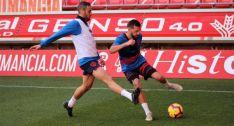 Higinio y Grego disputan un balón durante una sesión de entrenamiento en Los Pajaritos. CD Numancia