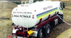 Un camión cisterna de la Diputación en labores de abastecimiento en Tierras Altas.