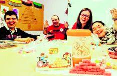 Usuarios de Aspace promocionan la campaña Ladrillo Solidario. /Aspace Soria