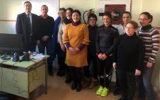 El alcalde (izda.) con responsables y alumnos del taller de empleo.
