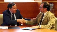 El consejero y el delegado de la ONCE en CyL en la rúbrica del convenio.