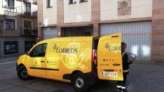 Una furgoneta de Correos y una empleada en Soria.