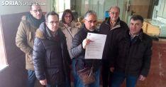 Miembros de la plataforma con la carta y el billete para el ministro. /SN