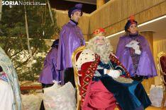 Melchor, Gaspar y Baltasar, con los sorianos y sorianas en el el patio de columnas del Ayuntamiento.