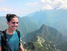 Marta Pérez, en lo alto de una zona montañosa.