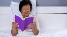 Una paciente lee en su convalecencia hospitalaria.