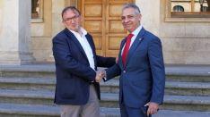 Paco Rubio y Moisés Israel se estrechan la mano delante del Consistorio de Soria. CD Numancia
