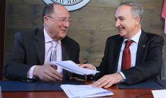 Carlos Moro (izda.) y Antonio Largo en la firma del acuerdo. / JC Barrera-UVa