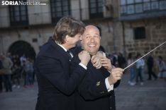 El alcalde de Soria y presidente de la comisión de festejos junto al director de la banda en el nombramiento de 2018. Maria Ferrer