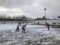 Labores extradeportivas en San Juan de Garray, que vio cómo el San José quitaba la nieve del césped desde primera hora de esta mañana. CD San José