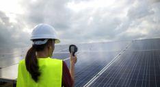 Un técnico en energía solar comprueba el rendimiento de una instalación.