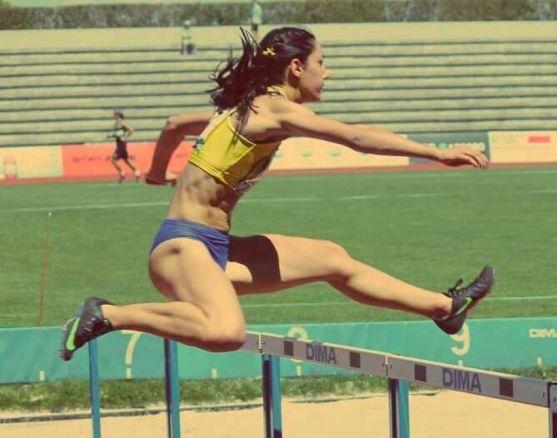 Carmen Romero enfrentándose a las vallas. Cedida