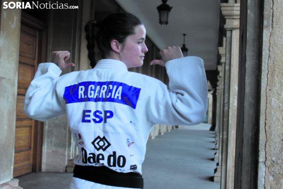 Rocío, en las puertas del Consistorio de Soria, enseña la parte dorsal de su kimono nacional. SN
