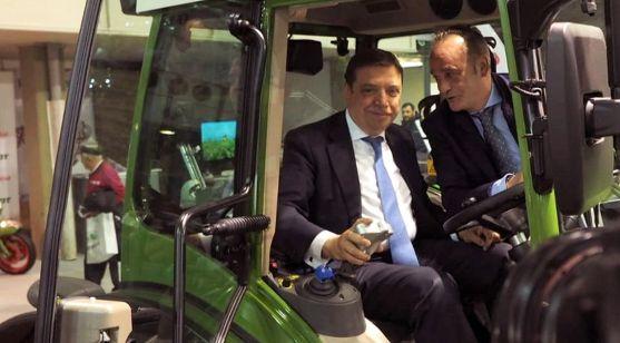 El ministro de Agricultura a los mandos de un tractor en la feria de Valladolid. /MAPA