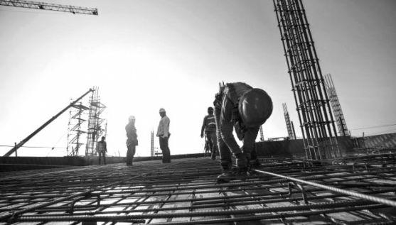 Un empleado de la construcción en una obra.