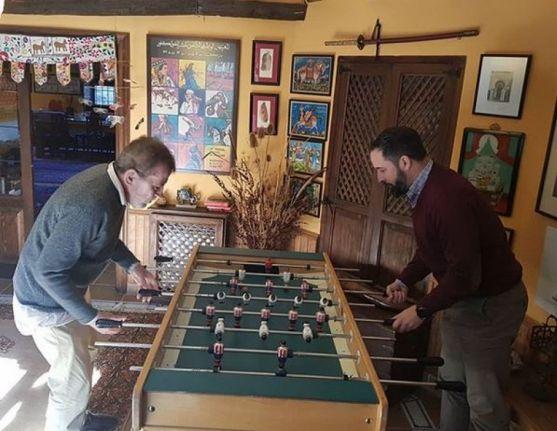 Abascal y Dragó en una desequilibrada partida de futbolin.