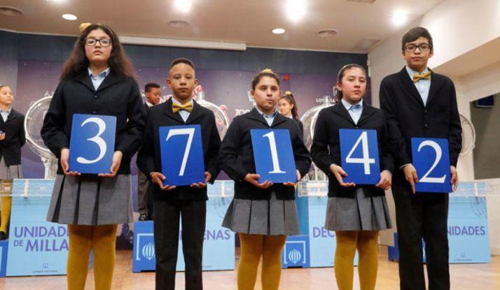 El primer premio del sorteo extraordinario de la lotería del Niño, celebrado hoy y dotado con dos millones de euros por serie (200.000 euros al décimo), ha recaído en el número 37.142. Página de la Lotería de Navidad