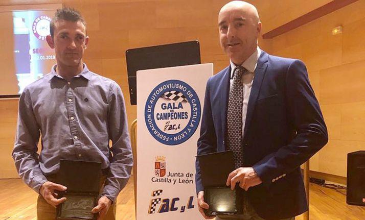 Álvaro (izda.) y Garmendia con las placas de reconocimiento.