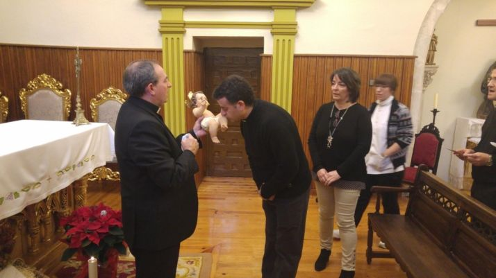 Mons. Abilio Martínez Varea felicitando la Pascual.