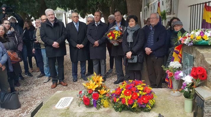 Bárez, (dcha.) en el homenaje al pie de la sepultura del poeta. /Ayto.