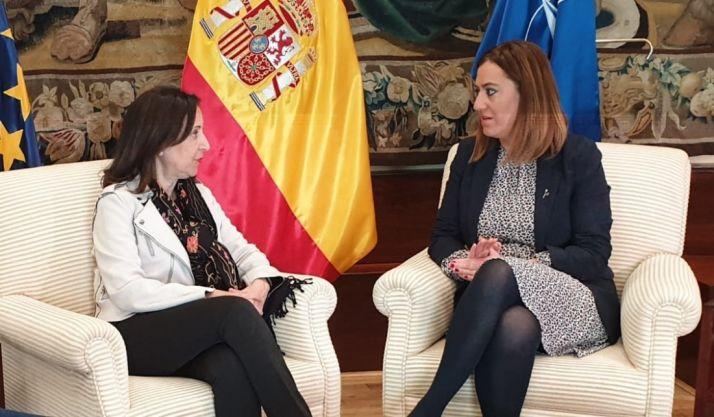 Margarita Robles (izq.) dialoga con Virginia Barcones.
