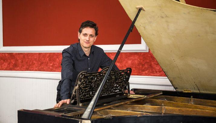 Moreno, junto al piano que protagoniza la obra. /NFM