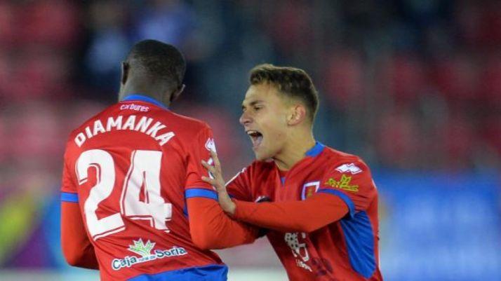 Pape Diamanka junto a Fran Villalba mientras celebran un gol ante el Real Oviedo. LaLiga