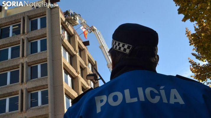 Un policía local durante un simulacro de bomberos en la ciudad. /SN