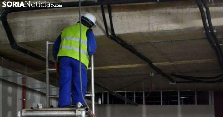 Un trabajador extranjero en una obra de construcción en Soria. /SN