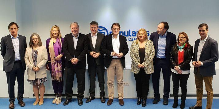 Mañueco (ctro.) junto a De Gregorio, en la foto de familia con los candidatos a las capitales de provincia.