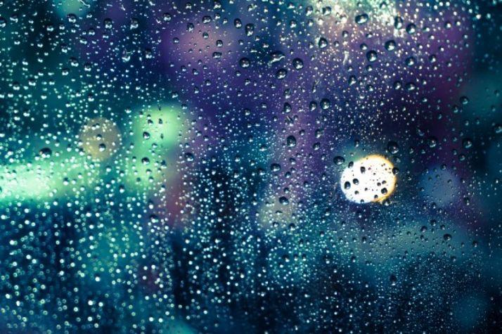 Gotas de lluvia en una ventana. Imagen de archivo