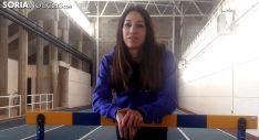 Carmen Romero posa delante de una valla en el CAEP. SN