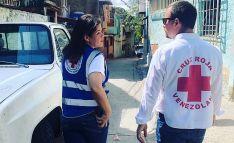 Dos voluntarios de la Cruz Roja Venezolana.