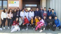 El grupo de estudiantes, con el subdelegado y las investigadoras. /SdG