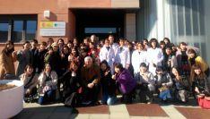 El grupo, en la entrada de las instalaciones del INIA. /SdG