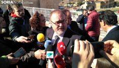 Fernando Rey atiende a los medios en el colegio de Golmayo. /SN
