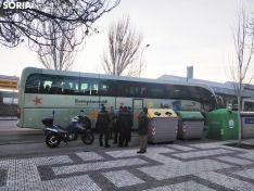 El autobús de los aficionados de Osasuna en Soria tras ser alcanzado por un objeto. Foto: Soria Noticias
