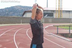Estela Navascués realiza ejercicios de calentamiento en las pistas del CAEP. SN