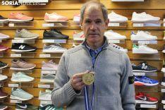 Abel Antón enseña la medalla de oro que ganó en Atenas. SN