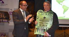 El alcalde, Juan Pascual, con la placa acreditativa, junto al presidente de la Diputación, Luis Rey. /Dip.