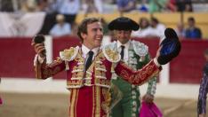El matador Román sonríe tras una buena faena.