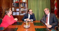 Tomás Quintana (dcha.), con Luis Rey y Esther Pérez en el Palacio Provincial. /Dip.