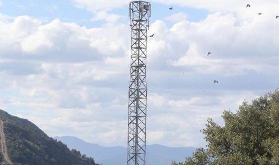 Antena de telefonía móvil en una zona rural.