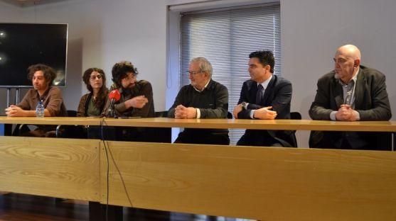 De izquierda a derecha, el actor Xoel Fernández, la responsable de decorados, Isis de Coura, el autor Tagore González, Jesús Bárez, Juan Zapatero y César Millán. /SN