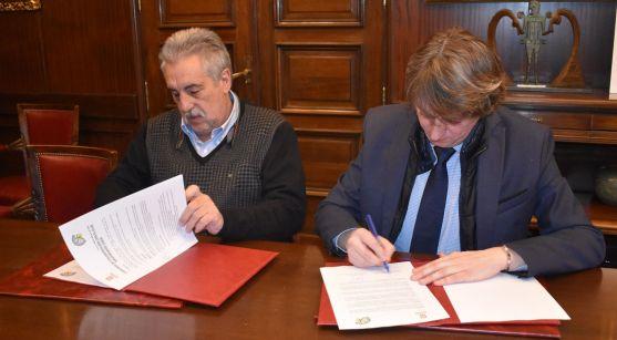 Heras (izda.) y Martínez en la firma del convenio. /Ayto.