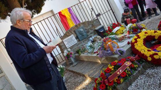 Jesús Bárez lee unos versos frente a la tumba de Machado.