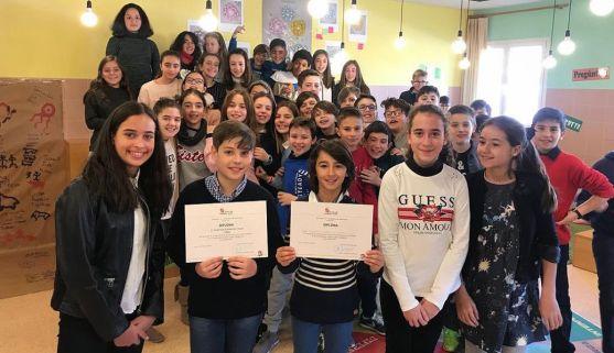 Alumnos del colegio Nuestra Señora del Pilar con el diploma. /CNSP
