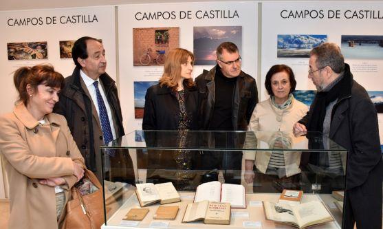 El autor, junto a la directora general (izda.) en la Biblioteca. /Jta.